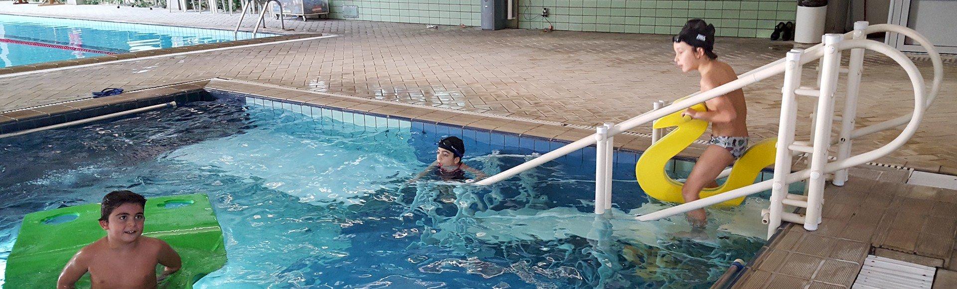 plataforma e escada de piscina - equipamentos para acessibilidade da Actual