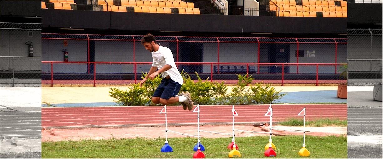 Atleta treinando com o Kit Posicionador Baliza e Barreirinha da Actual em formação de linha de barreiras