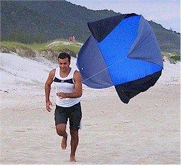 Paraquedas em treinamento na areia