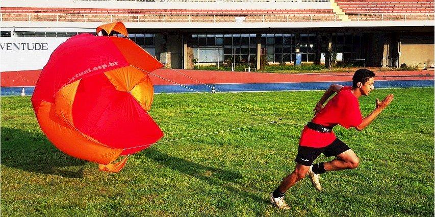 paraquedas para corridas resistidas Actual em treino no campo