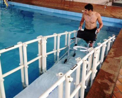 rampa de piscina da apae cadeira subindo