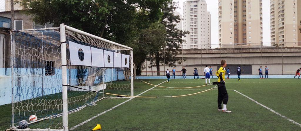Faixa de alvo de tiro ao gol (rede com alvos demarcados) em trave de futebol oficial - treino de pontaria dos jogadores combinado com treino de goleiro usando o cinto de tração lateral