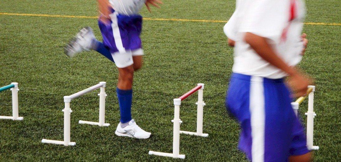 treino com barreira de saltos em campo