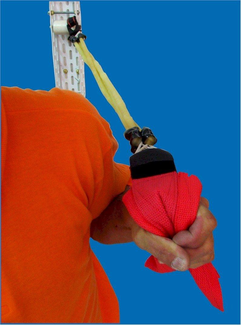 Elástico em uso para treino marcial - elástico de queda e simulação de golpes na gola do kimono do oponente.