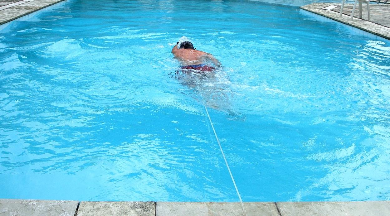 cinto de natação de PU tracionando na piscina