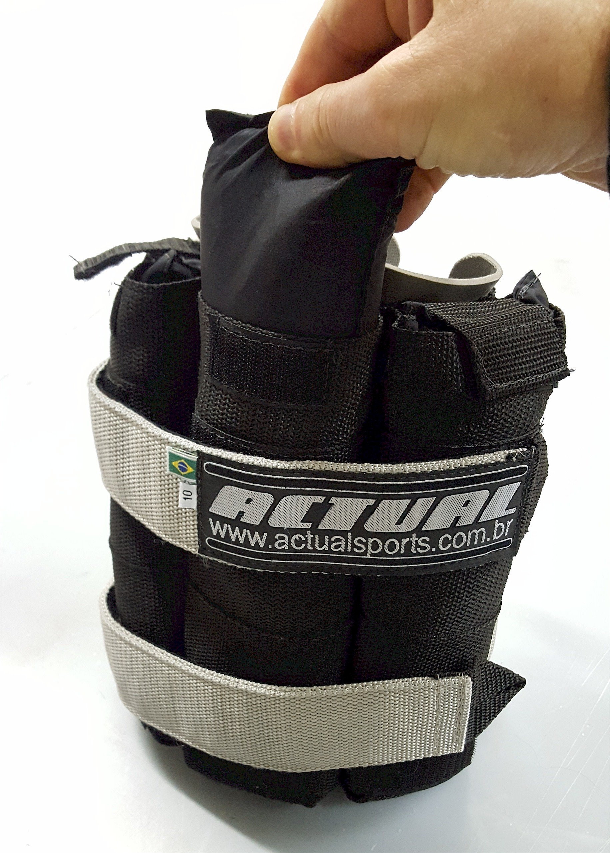 Detalhe da remoção das cargas variáveis da tornozeleira de 10kg