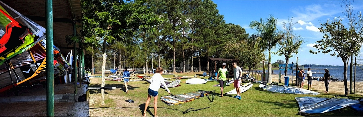 Gramado de montagem das velas de windsurf, na base Team Brasil Guarapiranga