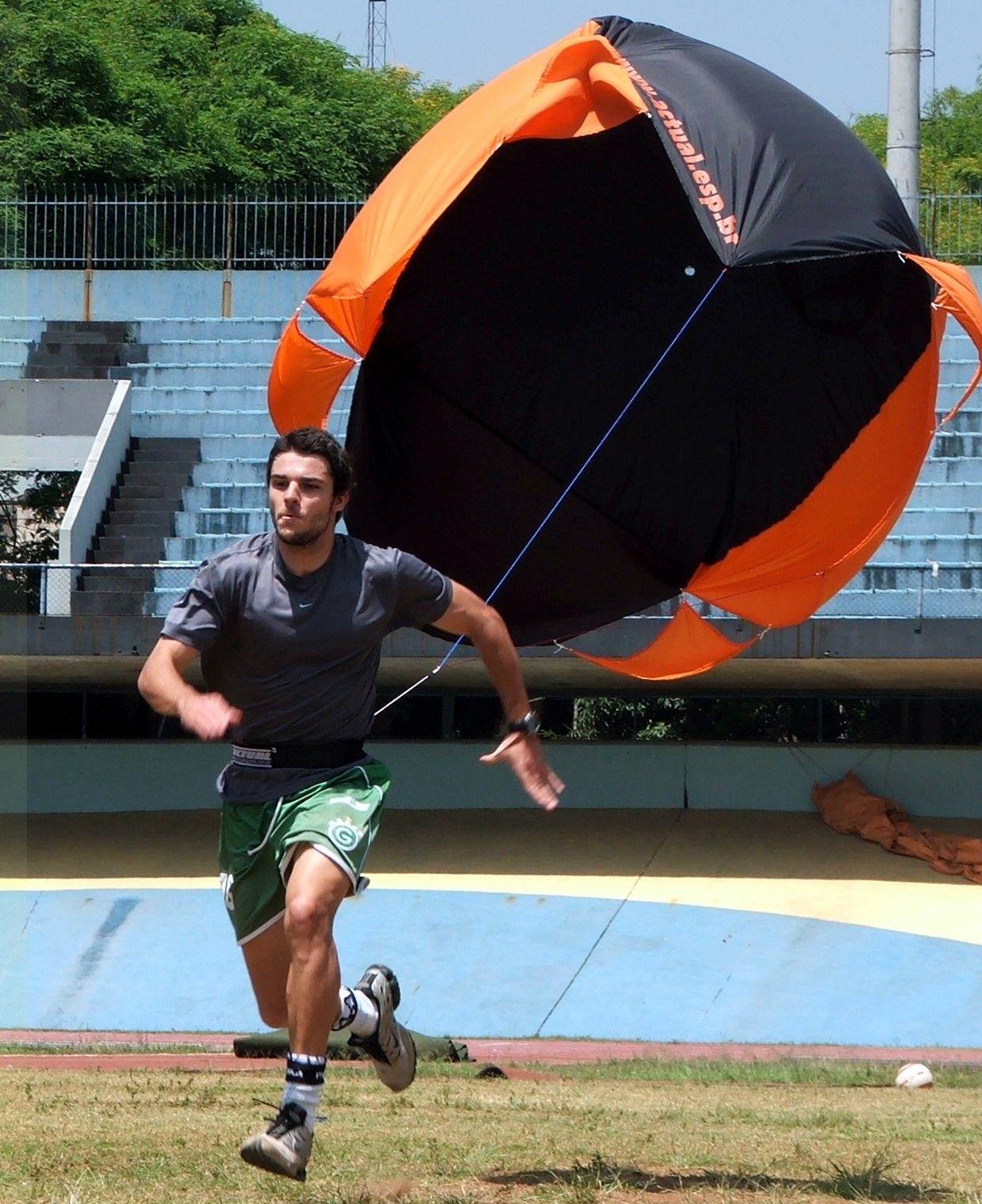 paraquedas corridas em treino intenso no estádio Ícaro de Castro Mello