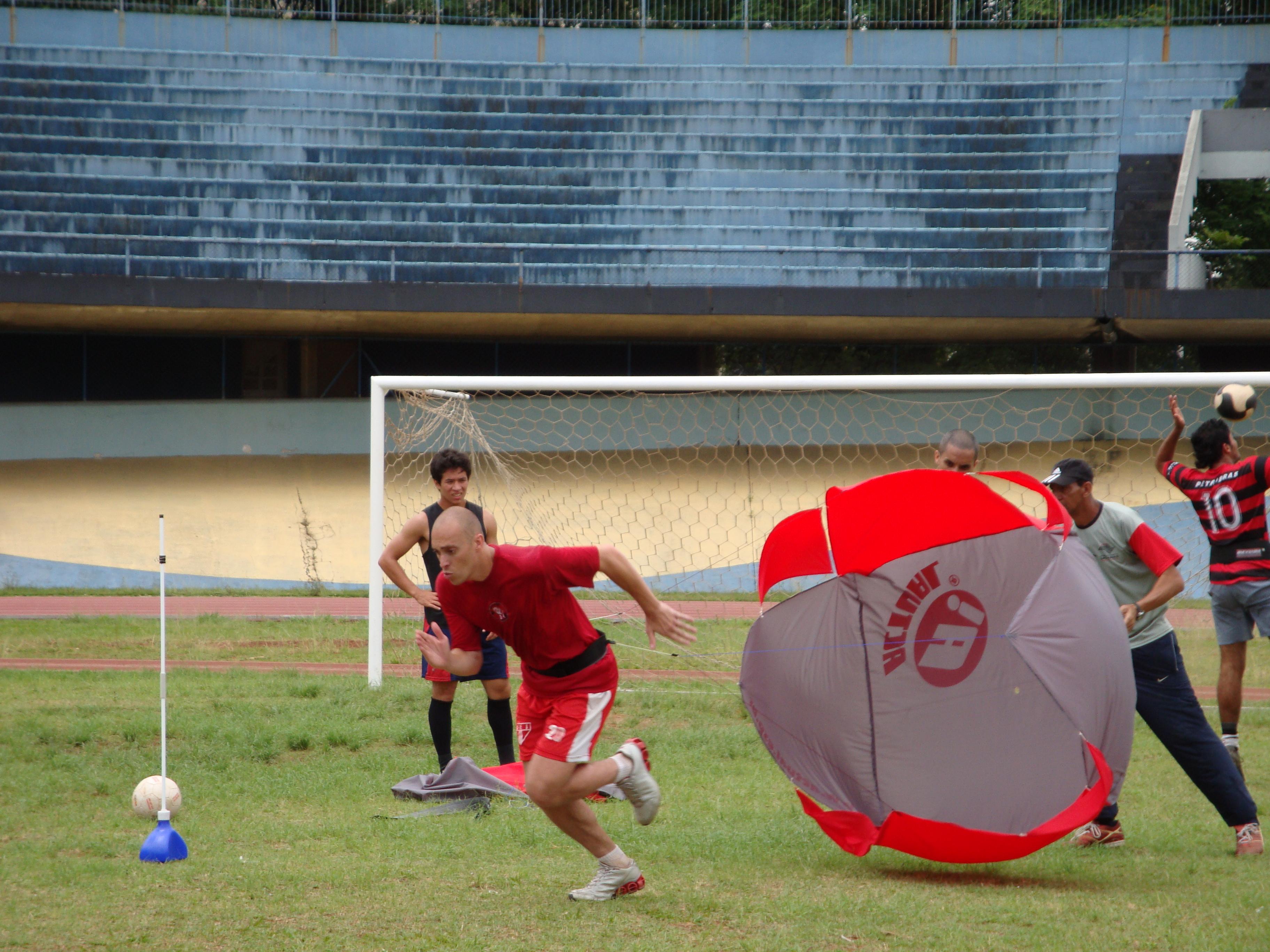 paraquedas em treinamento de futebol profissional