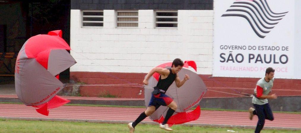 paraquedas corridas no campo