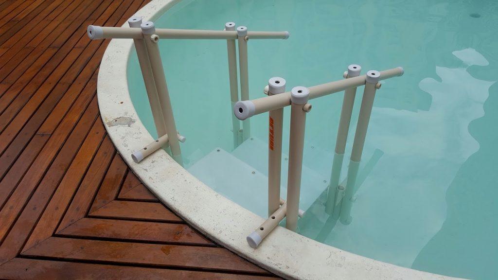 Escada de piscina Actual em piscina de vinil - detalhe da adaptação