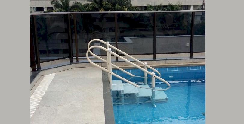 escada para piscina em PVC da Actual, com 4 degraus e dois corrimãoes redondos