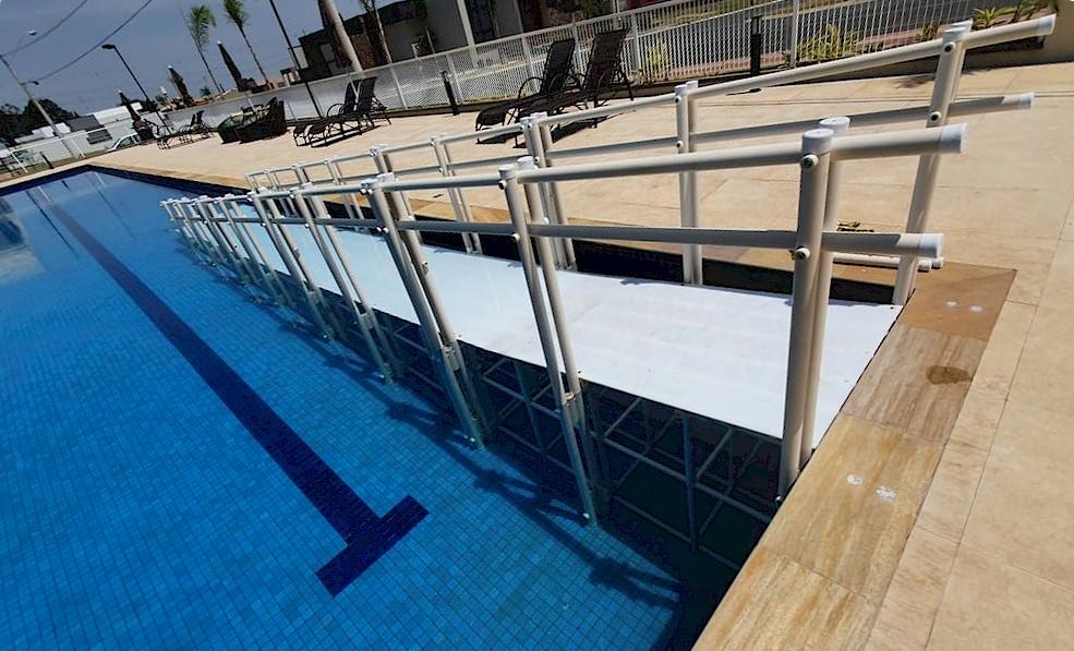 Rampa de piscina Actual para longo percurso em condomínio residencial SP